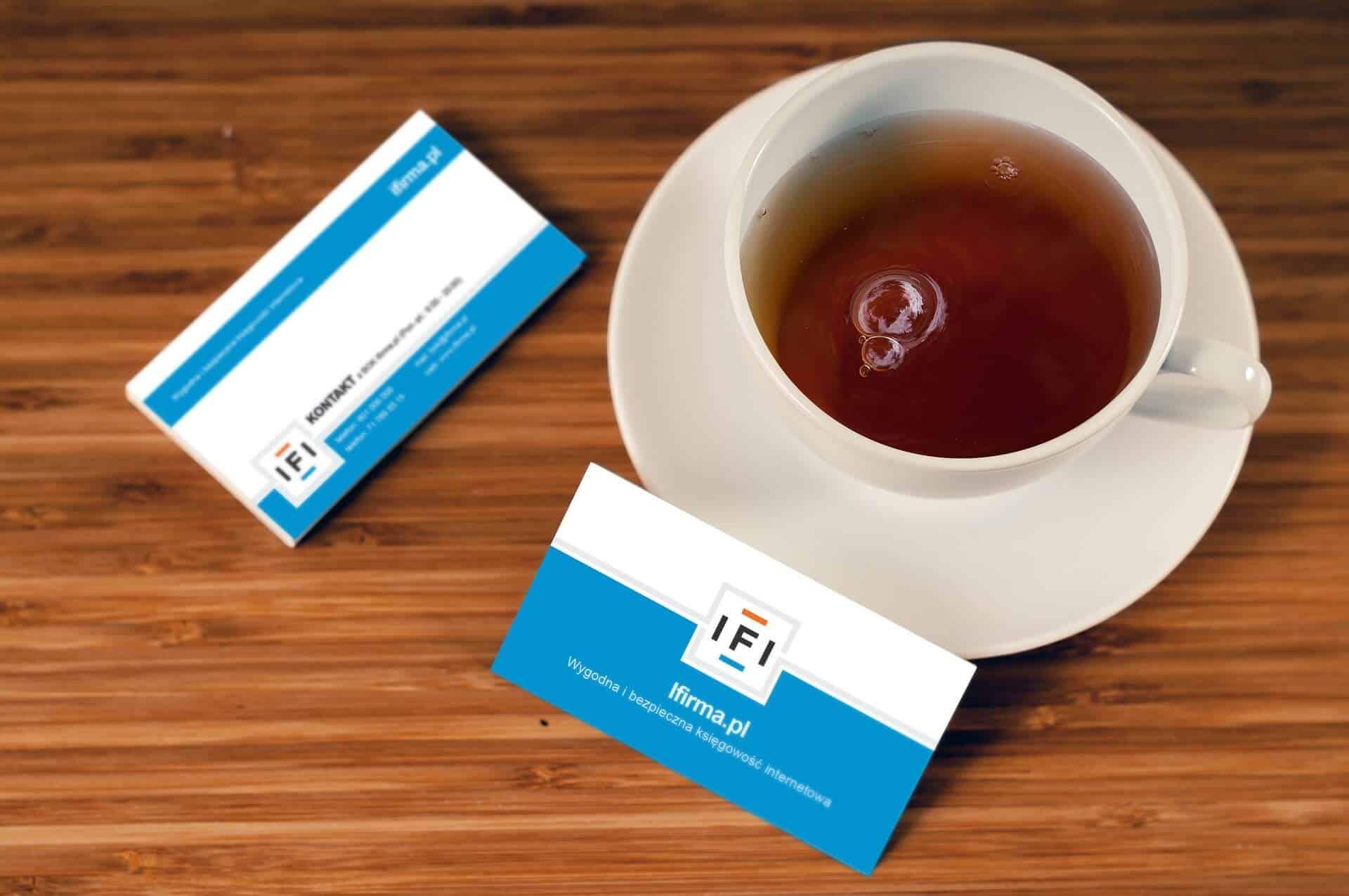 כוס תה עם כרטיסי ביקור