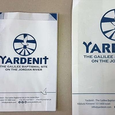 שקית נייר לבנה עם לוגו לדוגמא של ירדנית